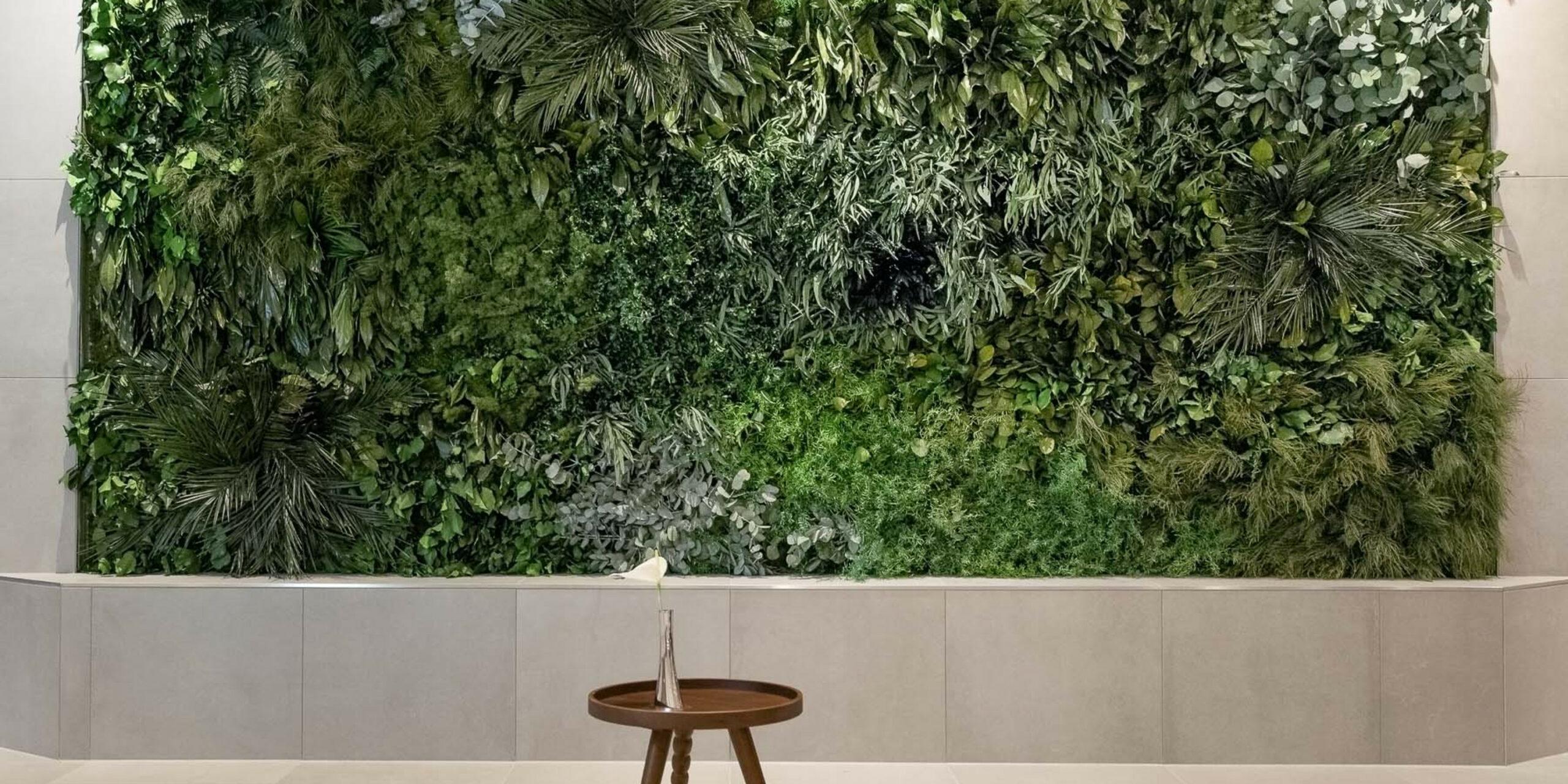 NATURADOR Dschungelwand mit Tisch im Hotel